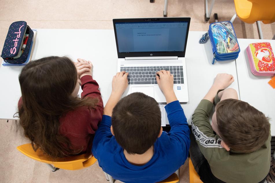Das papierlose Home-Office in Covid-19-Zeiten macht Schülerinnen und Schüler vielleicht fitter für die digitale Zukunft.