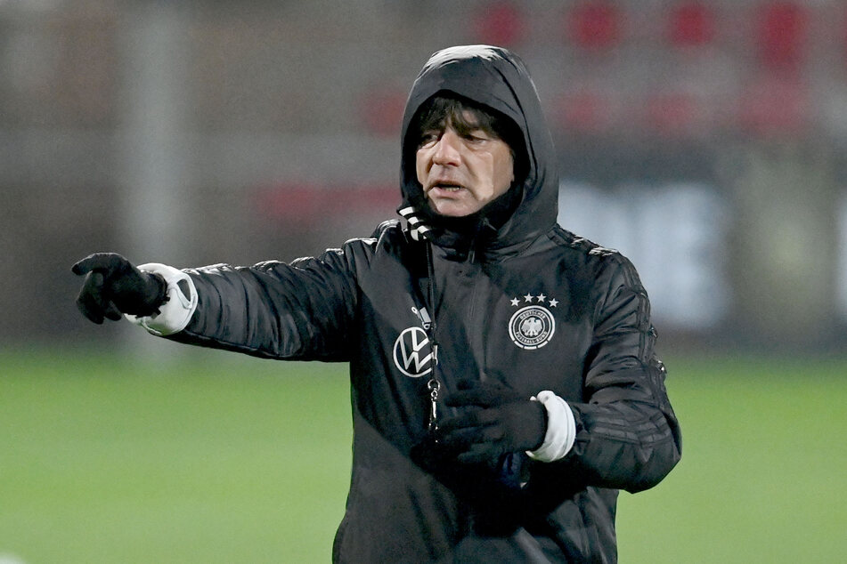 Bundestrainer Joachim Löw gestikuliert beim Training der deutschen Nationalmannschaft.