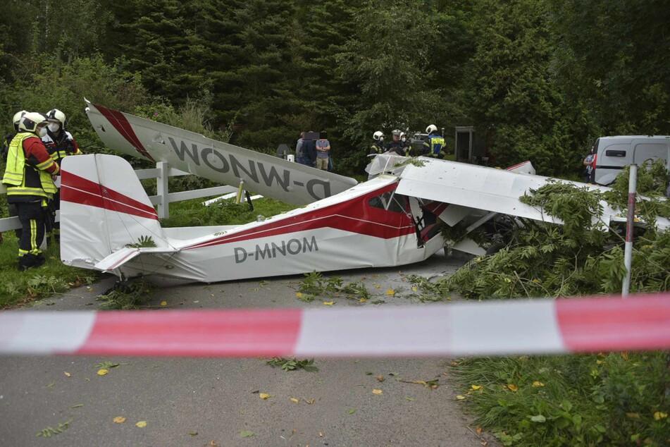 Das Ultraleicht-Flugzeug krachte auf einen Parkplatz.