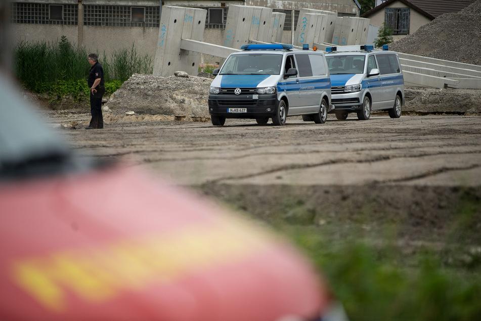 Einsatzfahrzeuge vom Kampfmittelräumdienst stehen an der Fundstelle in Hannover.
