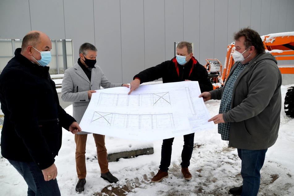 Investor Gunter Reiher (v.l.), Architekt Carsten Rahm, MW Schlüsselfertigbau-Chef Rainer Wolf und Elektrobauleiter Sven Hager besprechen die Pläne für den neuen Bus-Betriebshof in Rodewisch.