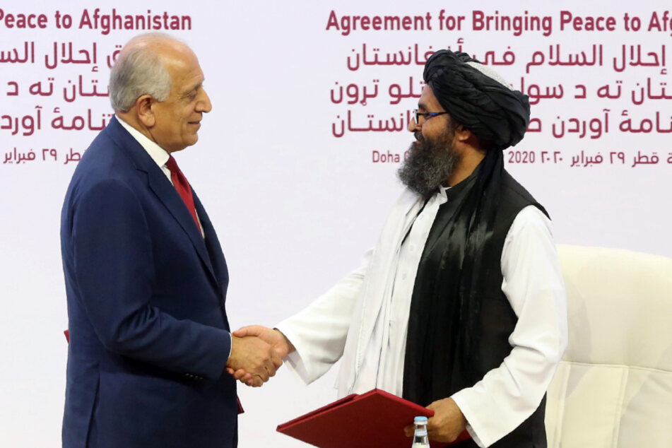 February 2020: Zalmay Khalilzad (l.), US Special Envoy for Reconciliation in Afghanistan, and Mullah Abdul Ghani Baradar, head of the Taliban's political office, shake hands.