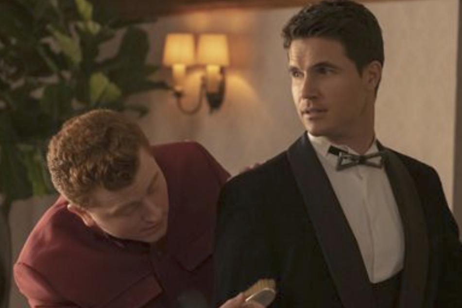 In einer skurrilen Szene nimmt Nathan an seiner eigenen Beerdigung teil.