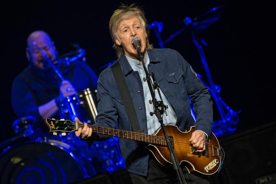 Sir Paul McCartney singt während eines Konzertes.