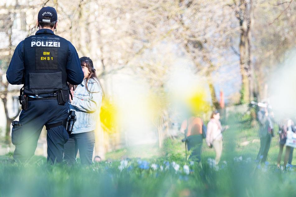 Überall wird die Einhaltung der Corona-Vorgaben von der Polizei kontrolliert. Die Einschränkungen in Sachsen sind strenger als anderswo.