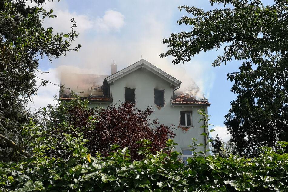 Ein Mehrfamilienhaus in der Hochheimer Straße brennt.