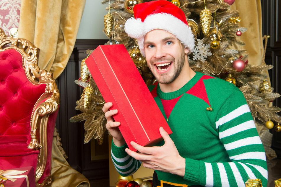 Ob Weihnachten allein oder in der Familie: das passende Geschenk fördert strahlende Gesichter. Dabei muss dieses weder teuer noch materiell sein.