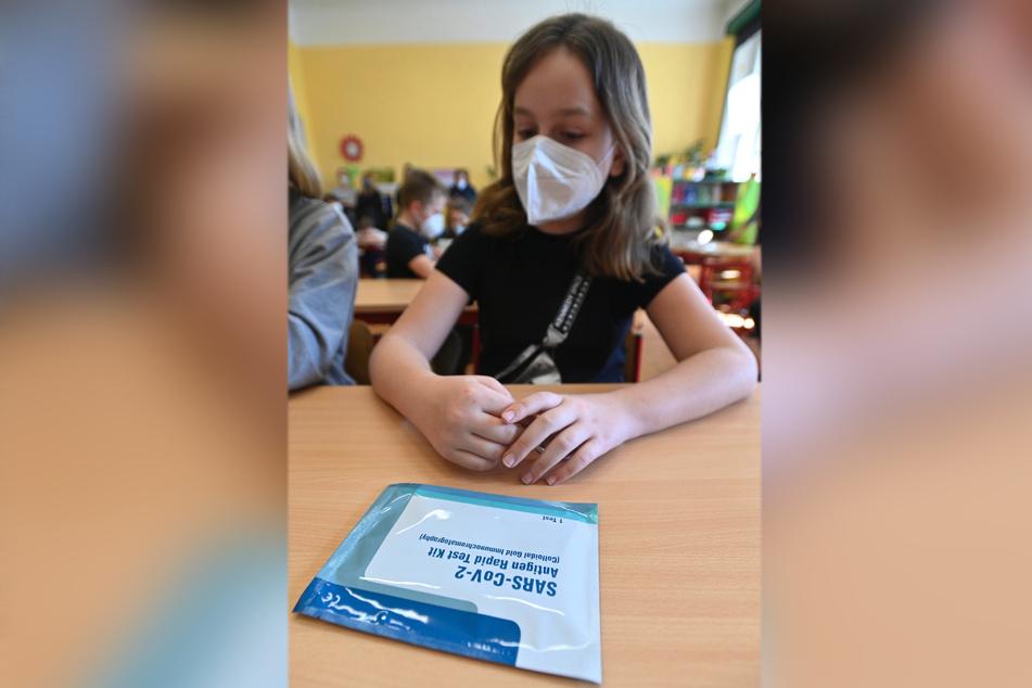 Test-Kit und FFP2-Maske: Grundschüler müssen 2021 tapfer sein (Symbolbild).