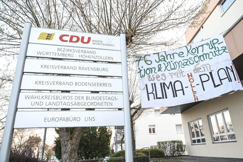 Klimaaktivisten bringen Banner an CDU-Gebäude in Ravensburg an
