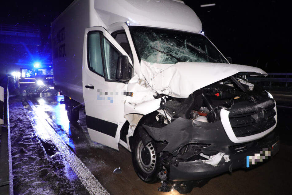 Auffahrunfall auf der A4: Kleintransporter prallt gegen Sattelzug