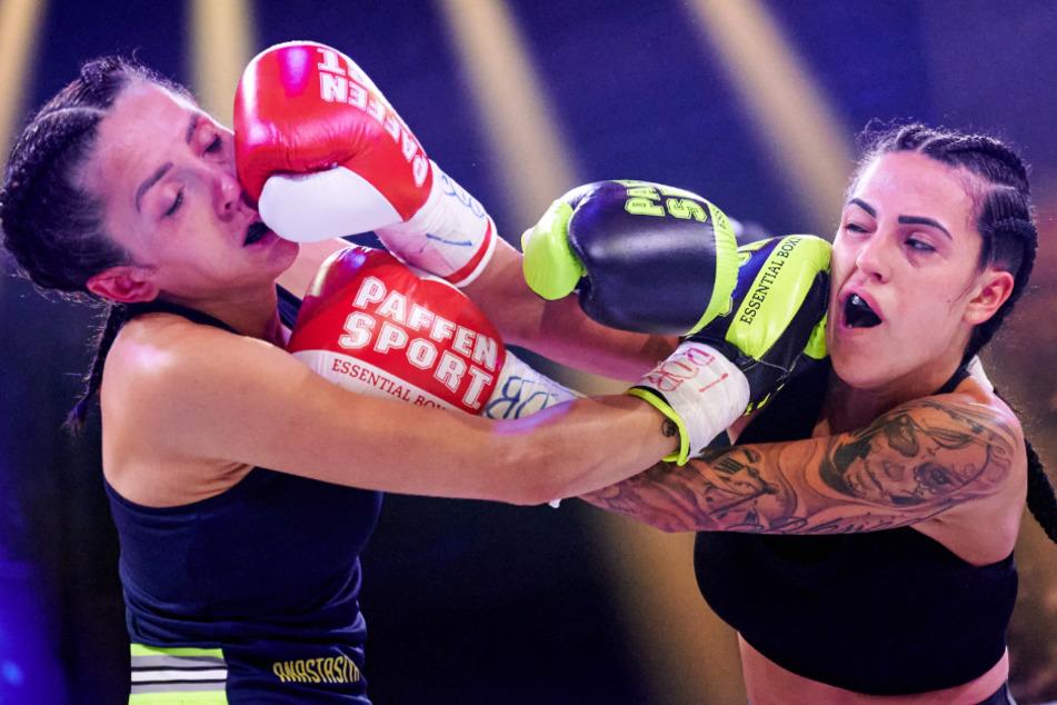Anastasiya Avilova (l, 32) und Elena Miras (28) traten beim Promiboxen gegeneinander an.