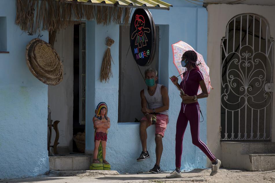 Kuba, Havana: Anwohner tragen Masken während der Coronavirus-Pandemie.