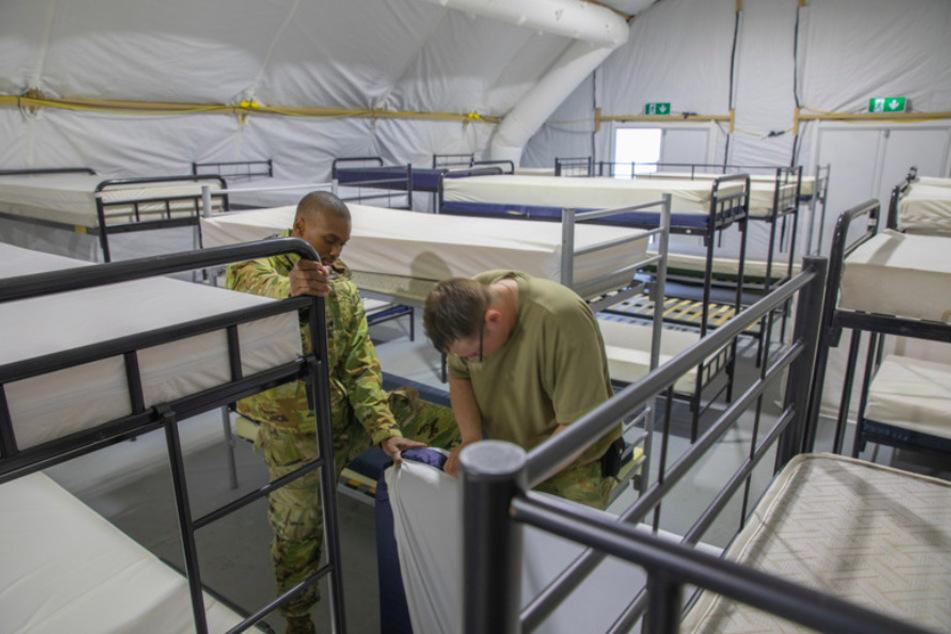 US-Soldaten bauen während der Vorbereitungen zur Unterbringung afghanischer Flüchtlinge in Grafenwöhr Kojen auf.