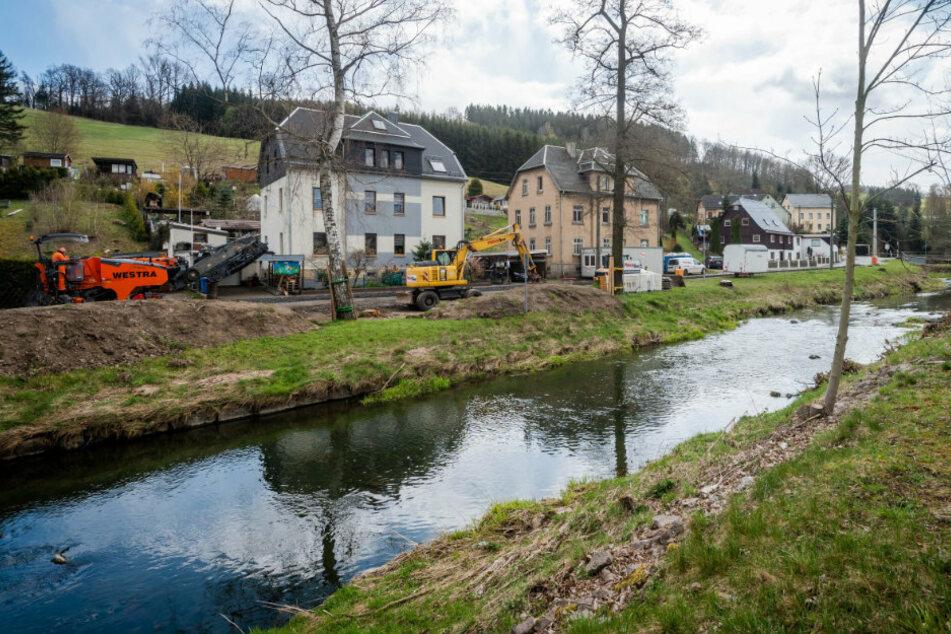 Zwischen den Brücken Wüsteweg und Dorfweg (r.) laufen die Vorbereitungen für den Ausbau des Hochwasserschutzes.