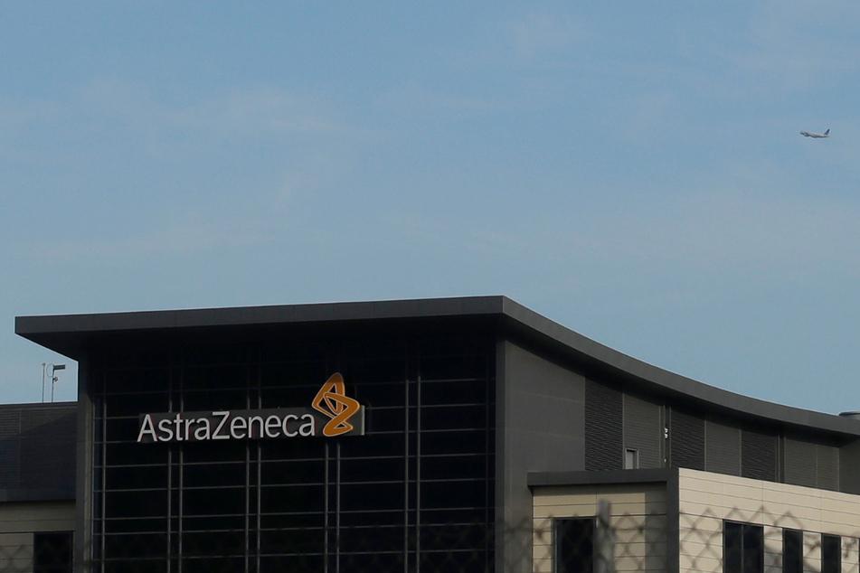 Der Schriftzug AstraZeneca ist an einem Gebäude in South San Francisco zu sehen. Die USA unterstützen das Pharmaunternehmen bei der Entwicklung eines Impfstoffes gegen das neuartige Coronavirus mit bis zu 1,2 Milliarden US-Dollar .