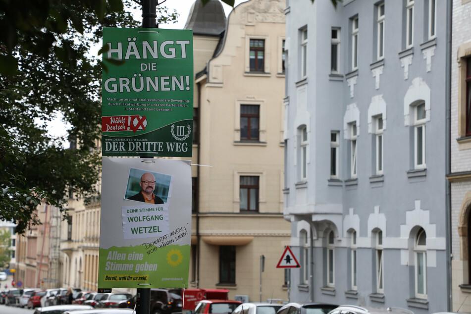"""Zwar dürfen die """"Hängt die Grünen""""-Plakate nun doch hängen bleiben, jedoch eigentlich nur mit einem Abstand von mindestens 100 Metern zur Wahlwerbung der Grünen."""