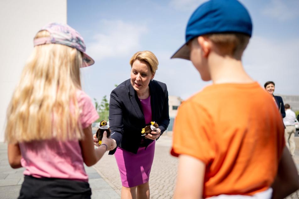 Das Familienministerium von Franziska Giffey (SPD, Mi.) hat im Rahmen eines umfangreichen Konjunkturpakets einen Kinderbonus beschlossen.