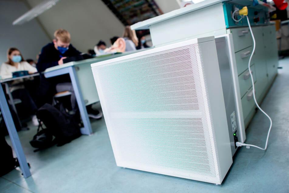 Ein Luftfiltergerät steht in einem Klassenraum. Nach einem millionenschweren Ankauf der Geräte durch die Stadt Düsseldorf prüft die Staatsanwaltschaft nun einen Korruptionsverdacht. (Archivbild)