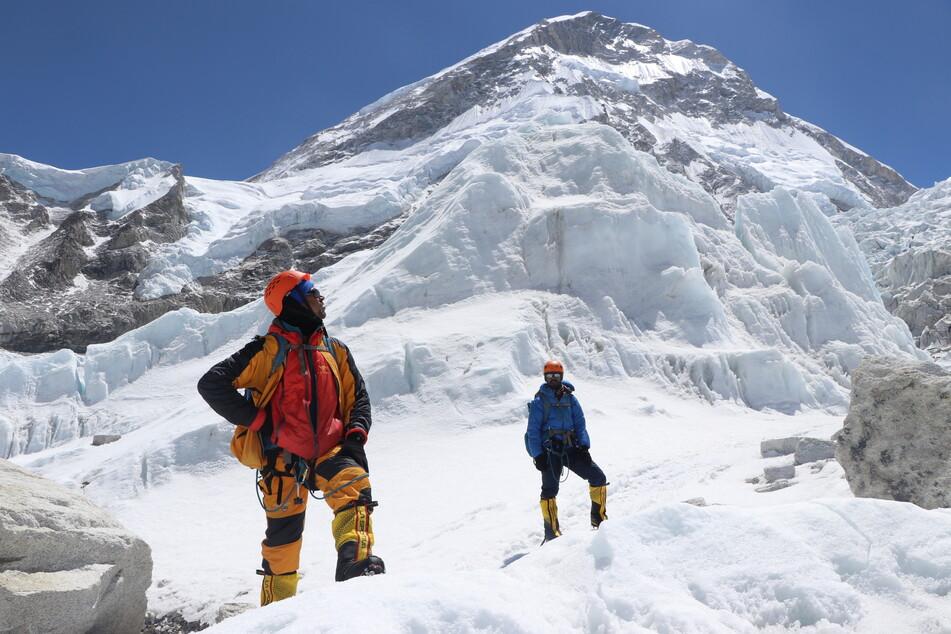 Khim Lal Gautam (l) schaut auf dem Weg zum Lager 1 auf dem Mount Everest nach oben.