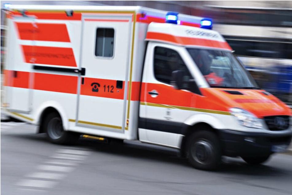 Mit einem Krankenwagen wurde ein 83- und ein 47-Jähriger in eine Klinik gebracht. (Symbolbild)