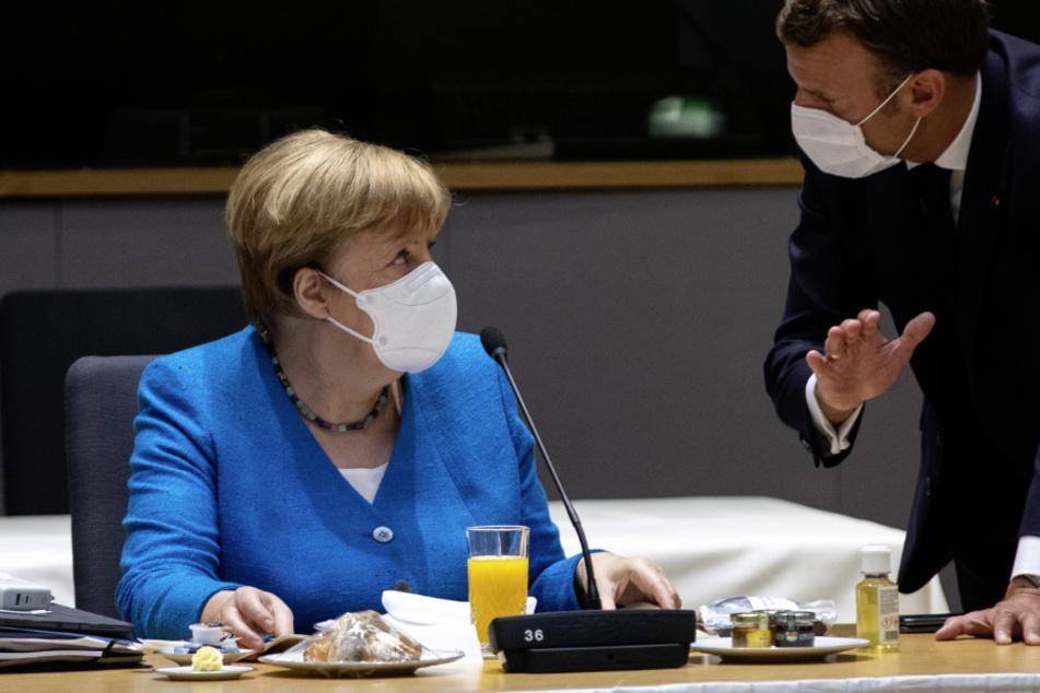Belgien, Brüssel: Bundeskanzlerin Angela Merkel (66) spricht mit dem französischen Präsidenten Emmanuel Macron (42). (Archivbild)