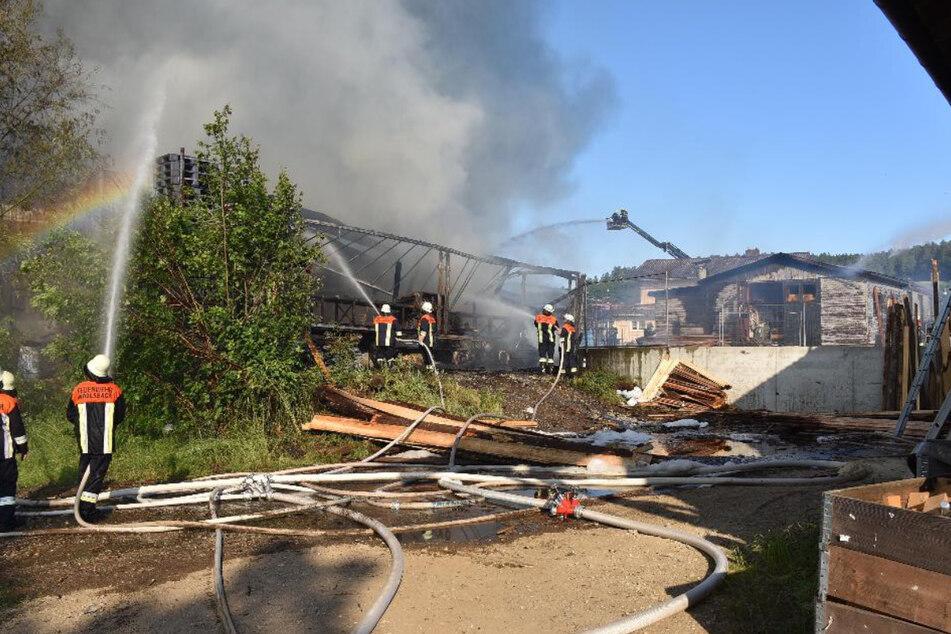 Feuerwehrleute bei den Löscharbeiten in Johanniskirchen.