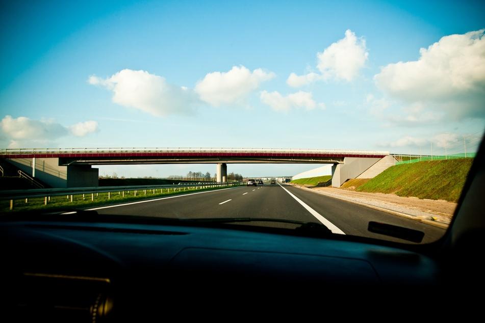 """In NRW können sich Autofahrer über einen neuen Service freuen. Die Audio-App """"Erlebnisguide"""" liefert auf den Autobahnen ab sofort akustische Infos zu vielen Sehenswürdigkeiten. (Symbolbild)"""