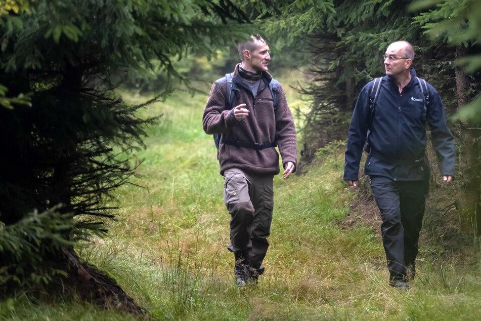 Biologe Sven Erlacher (51,r.) und Monitoring-Helfer Dominik Kwetkat (30) sind auf dem Weg zu den Wildtierkameras, die das Naturkundemuseum Chemnitz fürs Wolfsmonitoring aufgehängt hat.