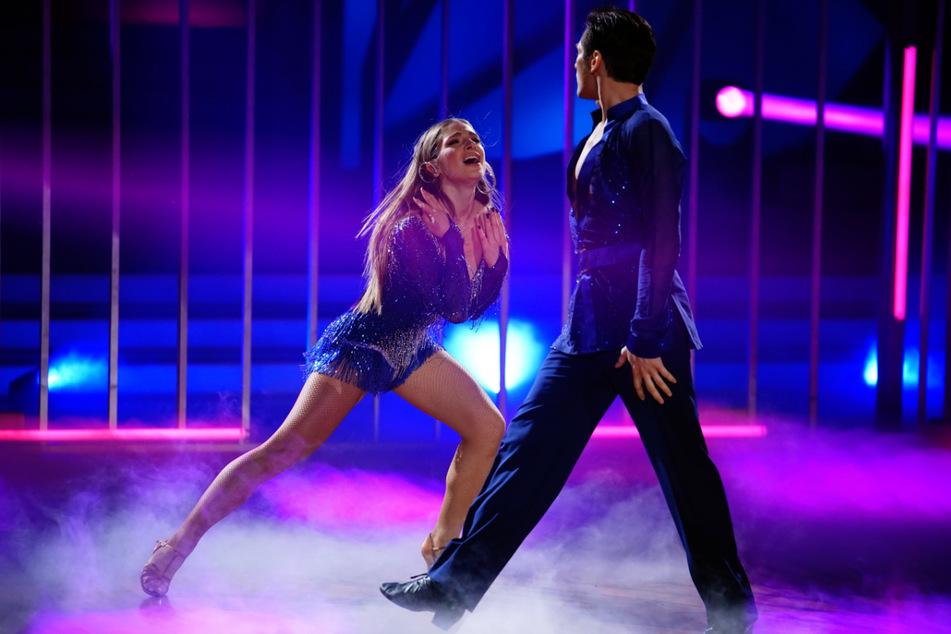 """Lola Weippert (25) und Christian Polanc (42) schafften es bei """"Let's Dance"""" mit ihrem Cha-Cha-Cha in die nächste Runde."""