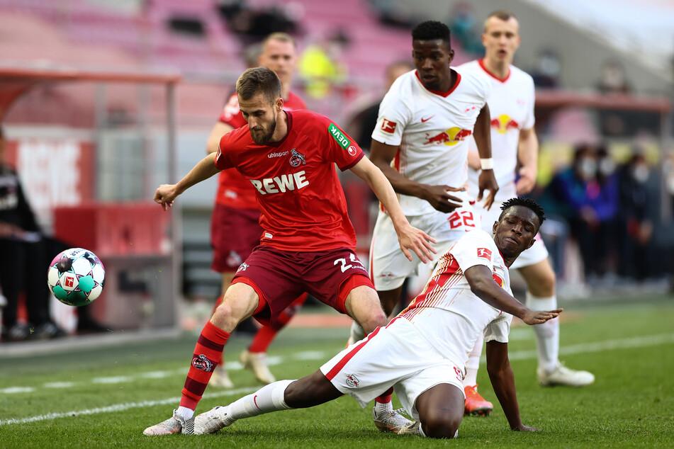 Harte Zweikämpfe: Kölns Mittelfeldspieler Dominick Drexler (30, l) und Leipzigs Mittelfeldspieler Amadou Haidara (23, unten r) schenkten sich nichts.