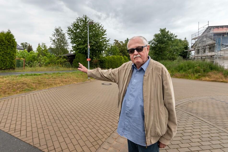 Stadtrat Hubert Gintschel (70, Linke) zeigt, wo bis vor drei Jahren eine Rettungszufahrt für die Feuerwehr war.