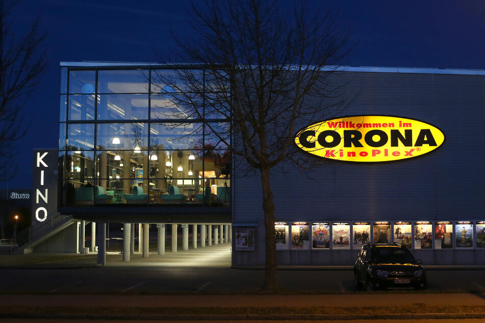 Menschenleer ist das Foyer des Kinos Corona KinoPlex. Wegen des Coronavirus werden in Bayern ab Dienstag alle Bars, Kinos und Schwimmbäder geschlossen.