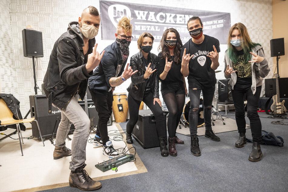 Schüler des ersten Jahrgangs der Wacken Metal Academy stehen bei der Eröffnung im Bunker in der Hamburger Feldstraße zusammen.