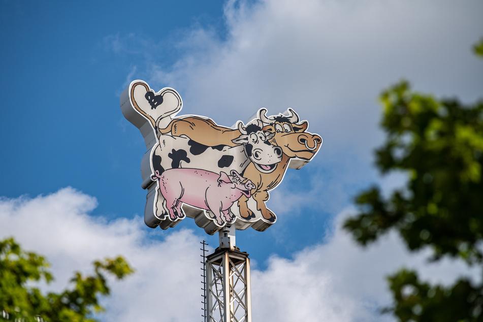 Das Logo der Firma Tönnies, in Form von einem Bullen, einer Kuh und einem Schwein, dreht sich auf dem Dach des Firmenkomplexes.