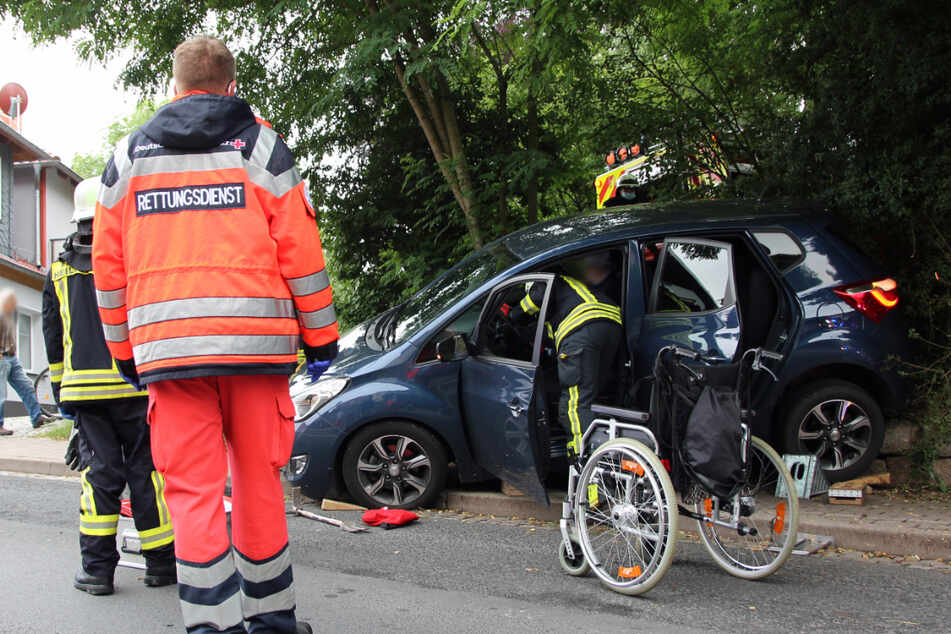 Nur mit der Hilfe der Feuerwehr schaffte es der Beifahrer aus dem Auto.