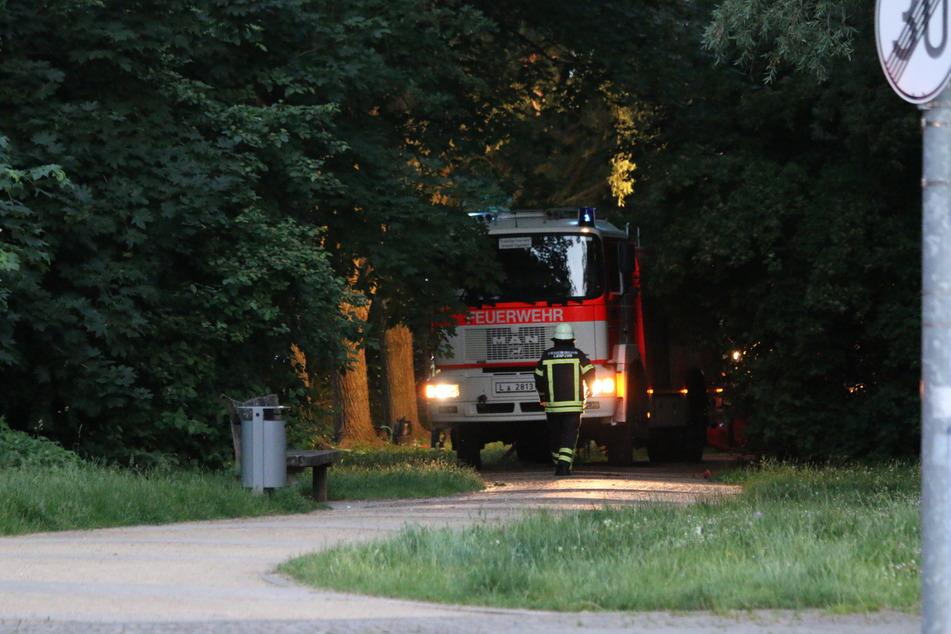Die Meldung war gegen 20.40 Uhr eingegangen. Die Feuerwehrleute eilten herbei, konnten die Laube jedoch nicht mehr vor den Flammen bewahren.