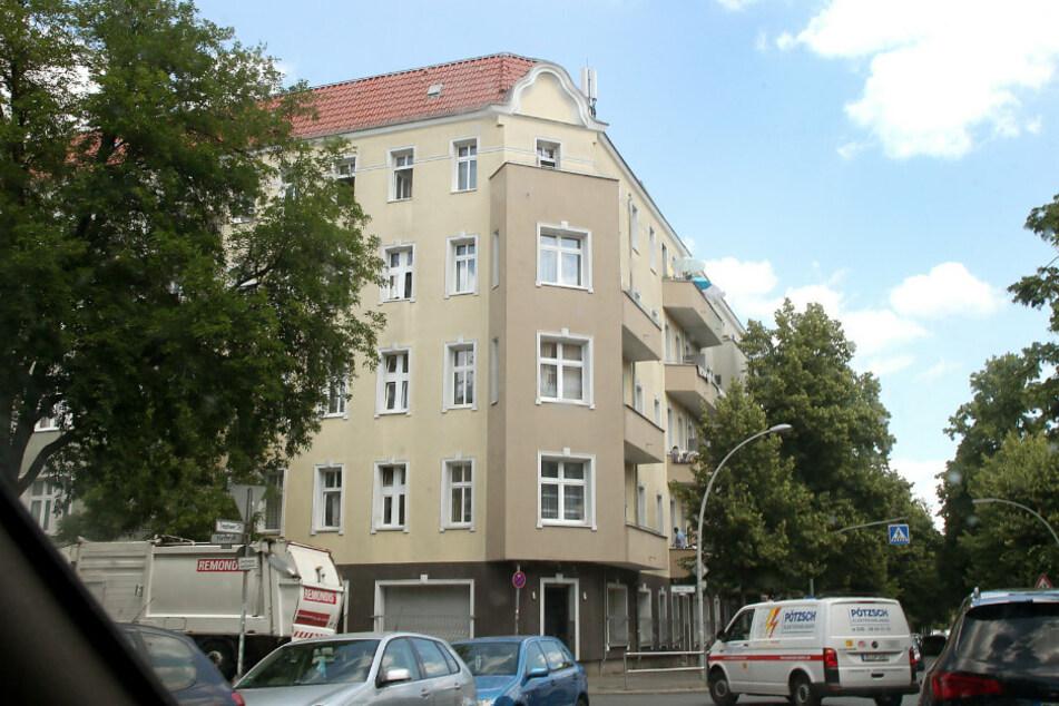 Ein Wohnhaus an der Harzer Straße in Neukölln, das unter Quarantäne gestellt wurde.