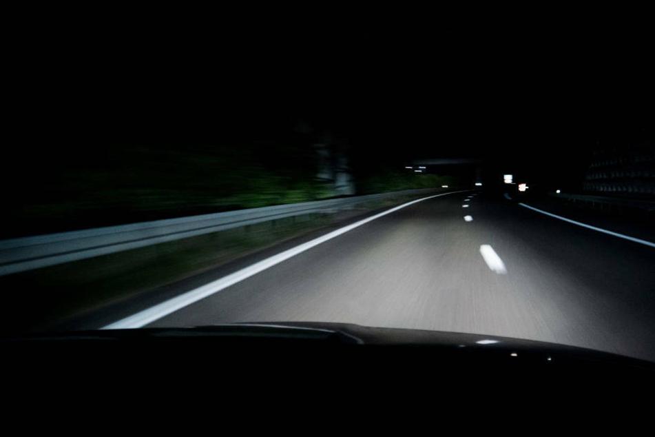 Autofahrer lässt VW Polo mitten auf der Autobahn stehen und flüchtet
