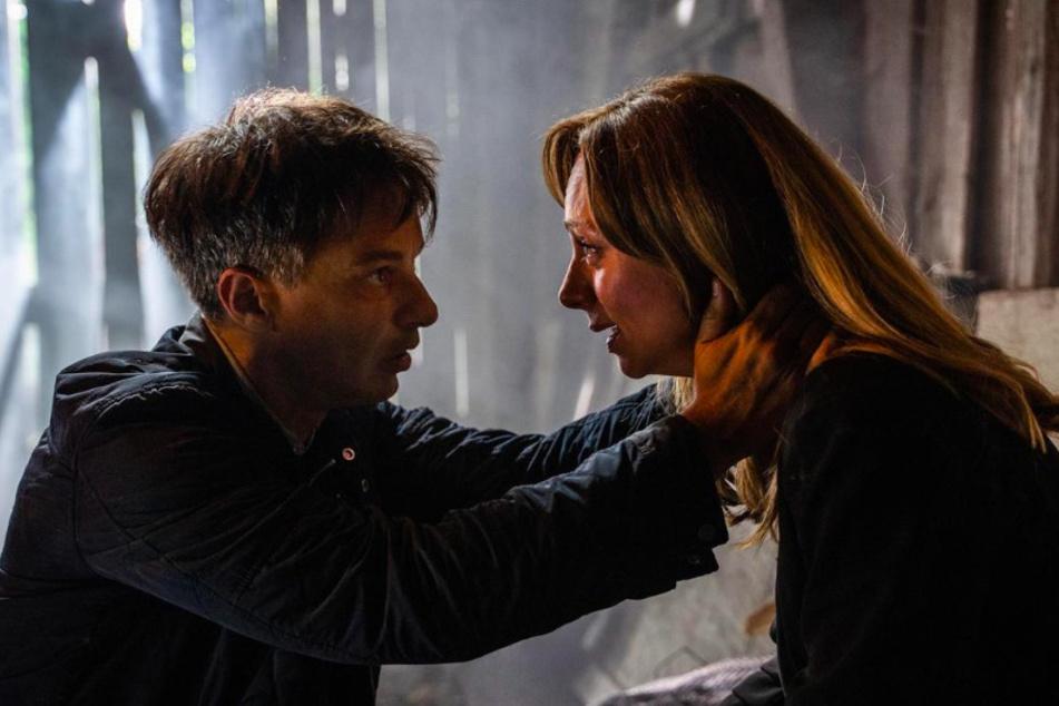 Ariane (Viola Wedekind, 43) gerät in Panik, als Robert (Lorenzo Patané, 44) alleine los will, um Hilfe zu holen.