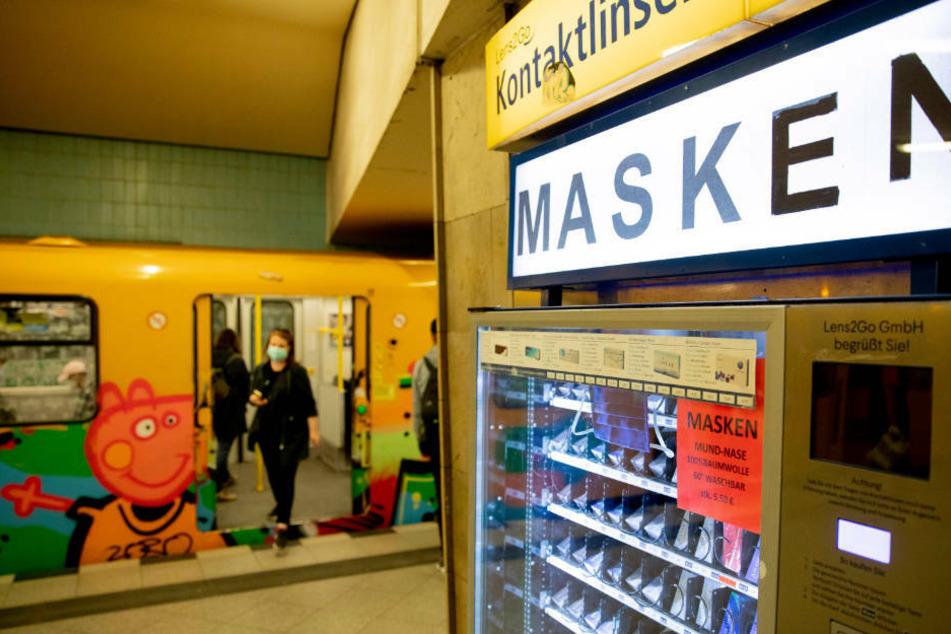 """Ein Automat in Berlin, an dem man neben Kontaktlinsen auch einfache Mundschutzmasken kaufen kann. Warum man mit einer Maske reisen sollte, das hat nun ein Bahn-Mitarbeiter """"erklärt"""" (Symbolbild)."""
