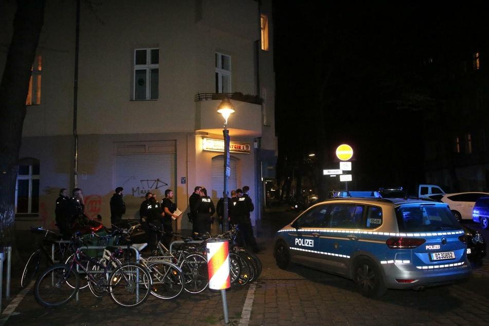 Gegen 22.45 Uhr wurde die Berliner Polizei nach Neukölln alarmiert: Hier sollen sich mindestens drei Dutzend Menschen in einer Wohnung aufgehalten haben.