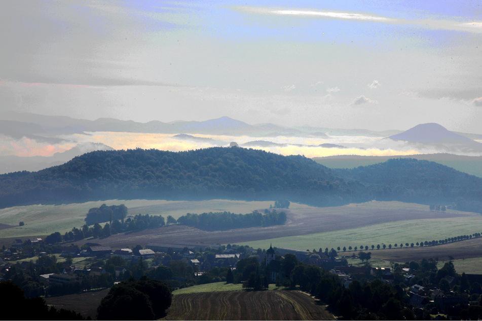 Vom Berg Gohrisch aus ist Richtung Osten der Zirkelstein zu sehen. Im Tal befindet sich der Ort Papstdorf.