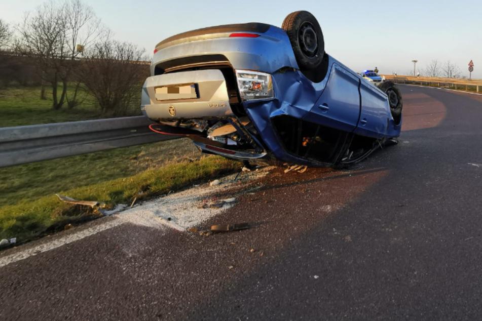 Unfall an der A38 bei Leipzig: Auto überschlägt sich und bleibt auf Dach liegen