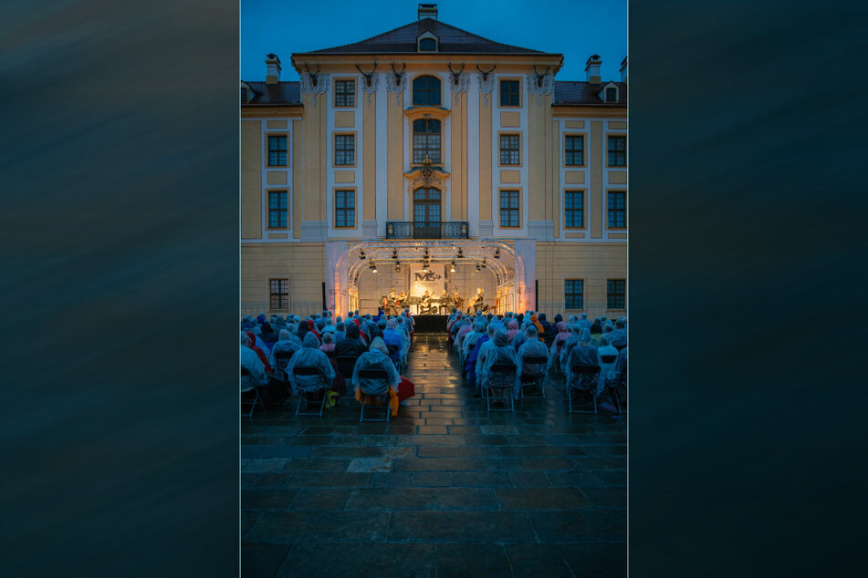 Regen, Capes und schöne Musik - Festivaleröffnung am Moritzburger Schloss.