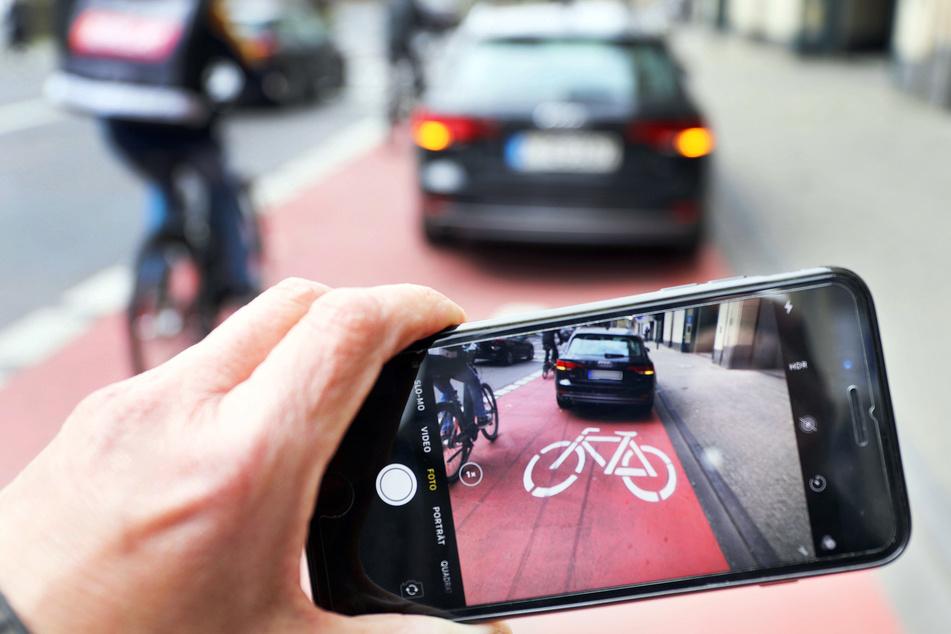 Mit dem Smartphone zur Politesse: Mehr Privatbürger in NRW verpfeifen Parksünder!