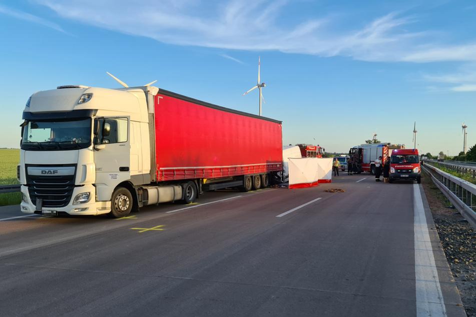 Die Polizei rät nach einem tragischen Unfall auf der A9 in Sachsen-Anhalt zum weiträumigen Umfahren dieses Autobahn-Abschnitts.