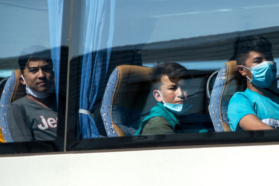 47 geflüchtete Kinder aus Athen am Flughafen Hannover gelandet