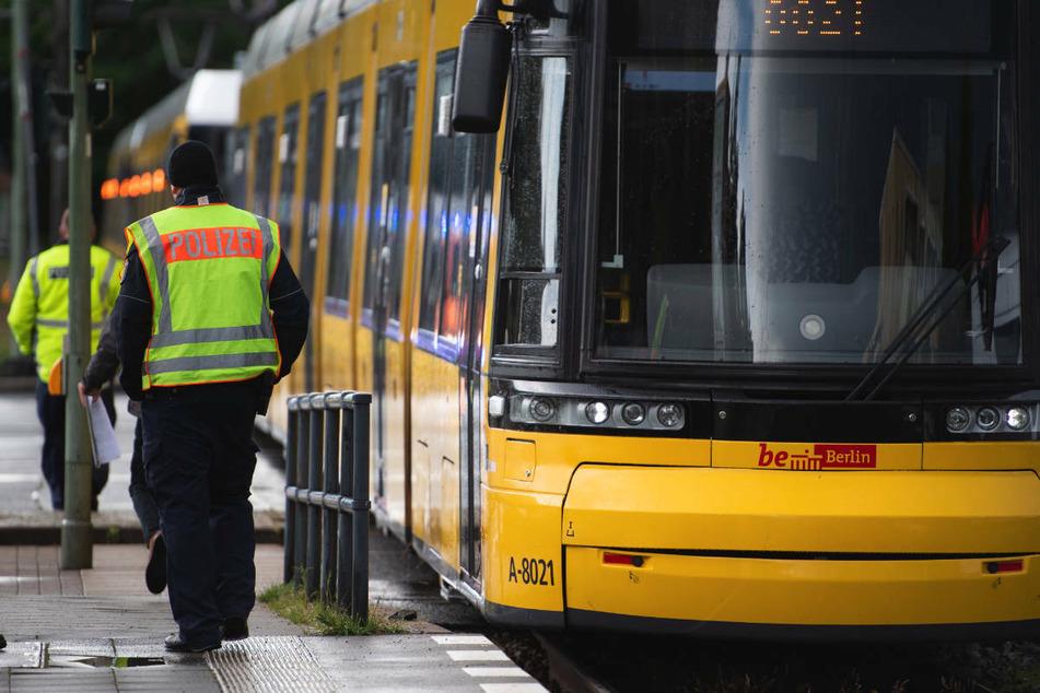 Am Sonntagmorgen ist ein 21-Jähriger in Berlin-Friedrichshain an einer Tramstation mit einer Glasflasche geschlagen und schwer verletzt worden. (Symbolfoto)
