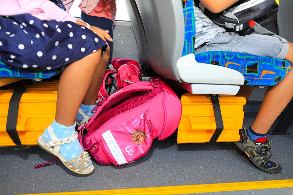 Ein mit Schulkindern besetzter Bus verunfallte im Landkreis Augsburg. (Symbolbild)