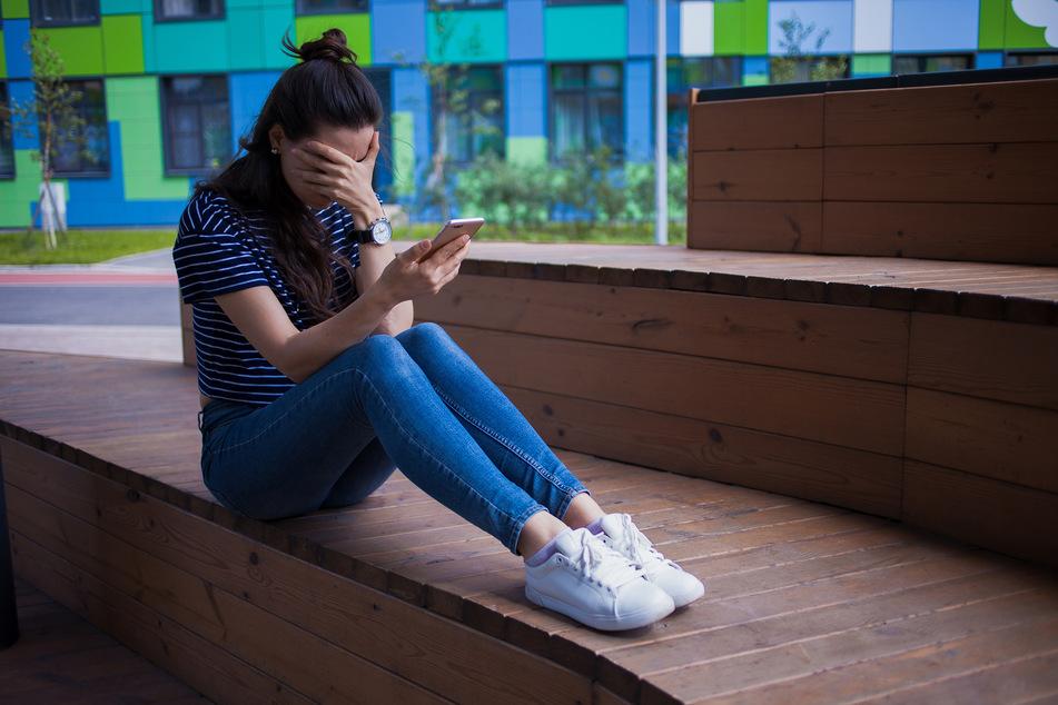 Laut Polizei kommt es viel zu oft vor, dass Frauen zum Beispiel nach einer gescheiterten Beziehung übers Handy gestalkt werden. (Symbolbild)
